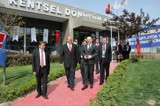 İstanbul'un en büyük yerinde kentsel dönüşüm çalışmalarını yapan Gaziosmanpaşa Belediye Başkanı Dr. Erhan Erol, Başbakan Recep Tayyip Erdoğan'ın takdirini kazandı.