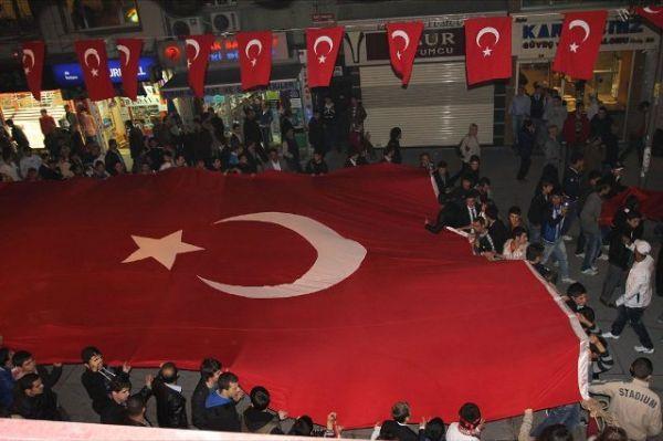 Hakkari'nin Çukurca ve Bitlis'in Güroymak ilçelerinde PKK'lı teröristlerce gerçekleştirilen saldırı, Gaziosmanpaşa'da çoğunluğunu gençlerin oluşturduğu kalabalık bir grup tarafından lanetlendi.