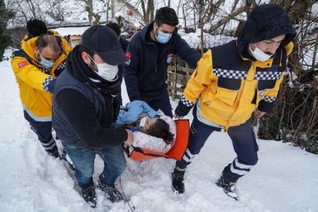 Sultangazi'de ambulans karlı yolda kaldı; Sağlıkçılar hastaya yaya ulaşarak kurtardı