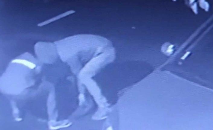 Bayrampaşa'da rögar kapağı hırsızlığı kamerada