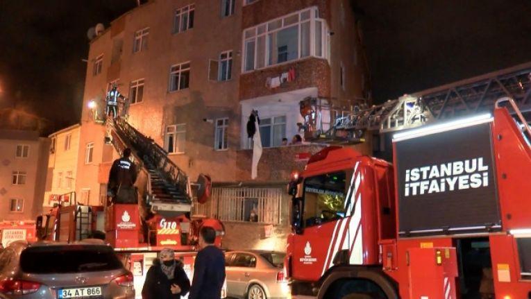 Gaziosmanpaşa'da bina yangını: 12 kişiyi itfaiye kurtardı