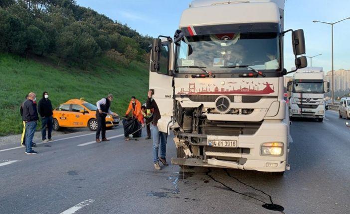 Gaziosmanpaşa'da feci kaza. TIR, taksiye çarptı, şoför ağır yaralandı