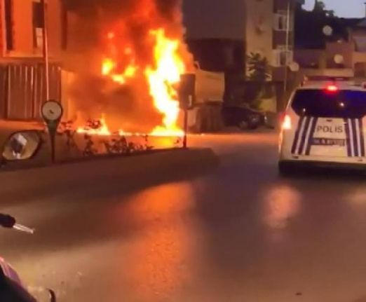 Gaziosmanpaşa'da park halindeki kamyon alev alev yandı