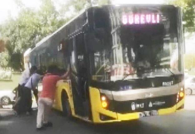 Bayrampaşa'da çalışma yapılan yola saplanan İETT otobüsü vatandaşlarca kurtarıldı