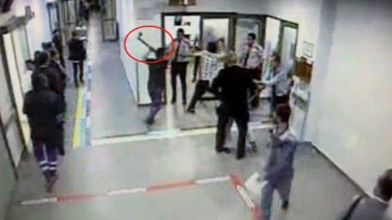 Arnavutköy'de baltayla hastane bastılar! Dehşet anları...