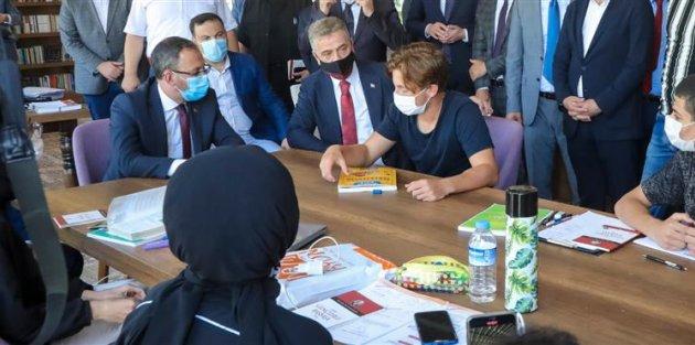 Bakan Kasapoğlu, Gaziosmanpaşa'lı Gençler ile Kitaplı Kahve'de Buluştu