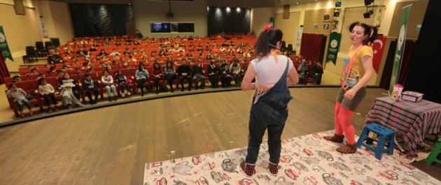 Binlerce Gaziosmanpaşalı Çocuk, Tiyatro Gösterileriyle Hem Eğleniyor Hem de Öğreniyor