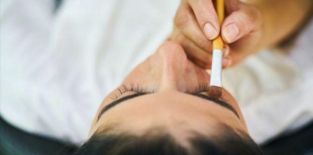 Düğünde aynı makyaj malzemesini kullanan 35 kişiye koronavirüs bulaştı