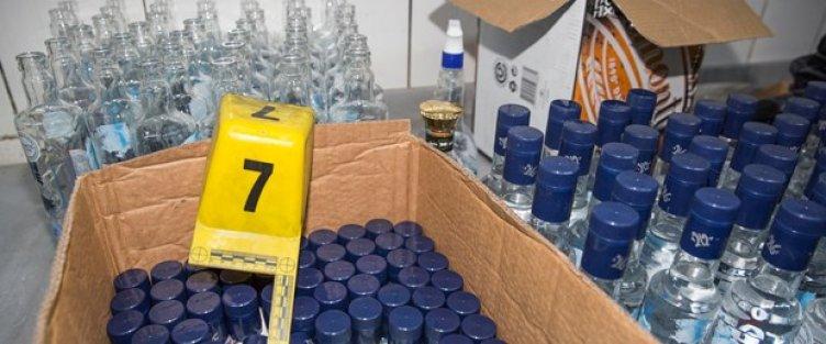 Eyüpte sahte içki operasyonu: Yüzlerce şişe ele geçirildi