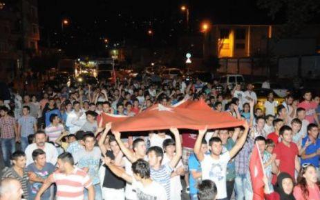 EYÜP'te toplanan yaklaşık 400 kişi, Türk bayrakları açarak terör olaylarını protesto etti.