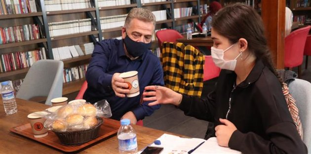 Farika Kitaplı Kahve'de ders çalışan öğrencilere çay ve çorba ikramı