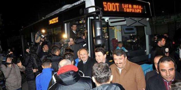 Futbolcular akbil basarak otobüse bindi