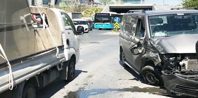 Gaziosmanpaşa'da 3 araç birbirine girdi: 1 yaralı