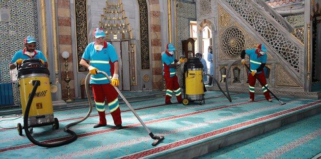 Gaziosmanpaşa'da Camiler Gülsuyu İle Yıkanarak Ramazan'a Hazırlandı