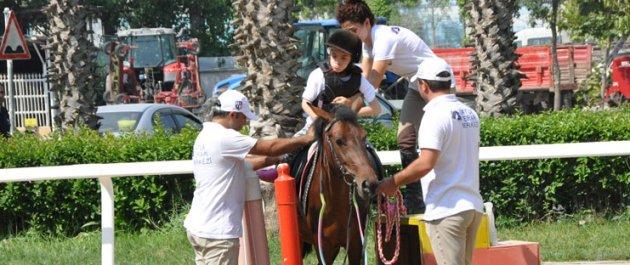 Gaziosmanpaşa'da Engelli Çocuklar At Biniciliğiyle Eğlenerek Tedavi Oluyor
