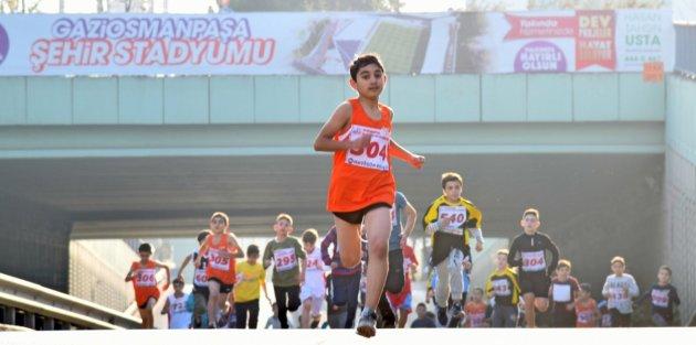 Gaziosmanpaşa'da Gerçekleşen Kros Müsabakalarında Öğrenciler Kıyasıya Yarıştı