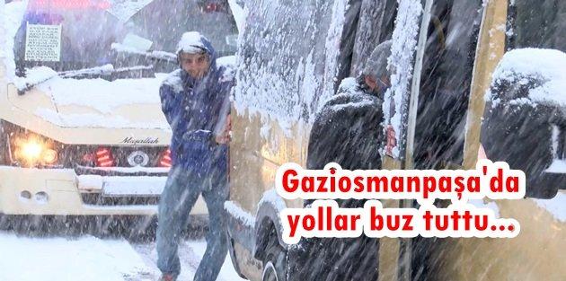 Gaziosmanpaşada karda ilerleyemeyen minibüsü yolcular itti
