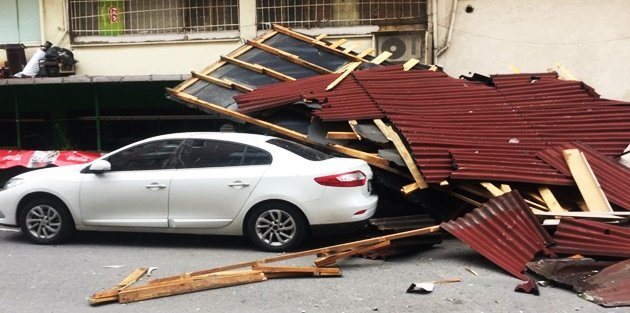 Gaziosmanpaşa'da şiddetli rüzgar çatı uçurdu!