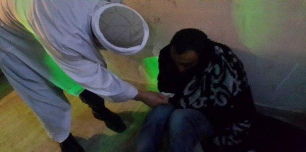 Gaziosmanpaşa'da Yağmurda cami önünde yatan evsize sıcak yuva için çabaladılar