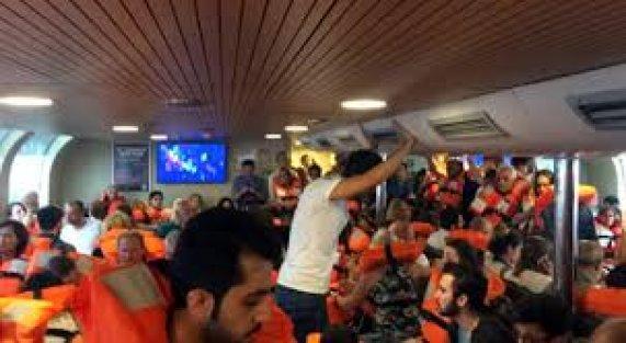 Kadıköy'e Giden Şehir Hatları Vapuru Onlarca Yolcusuyla Denizde Mahsur Kaldı