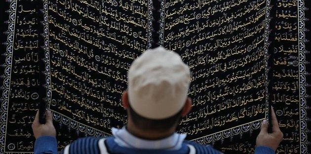 Kumaşa nakşettiği Kur'an-ı Kerim'i yüz binlerle buluşturdu