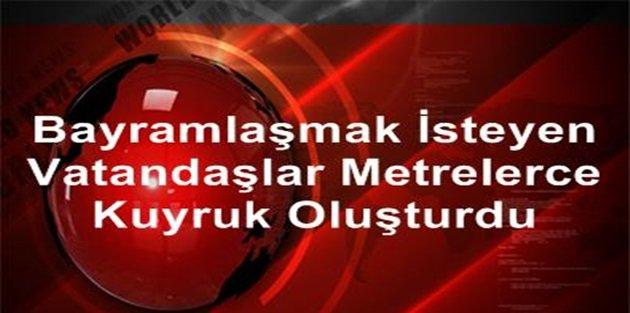 Sultangaz'de Bayramlaşmak İsteyen Vatandaşlar Metrelerce Kuyruk Oluşturdu