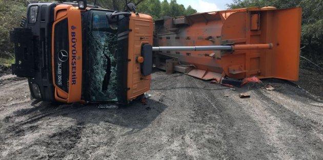 Sultangazi'de toprak yüklü kamyon yan yattı