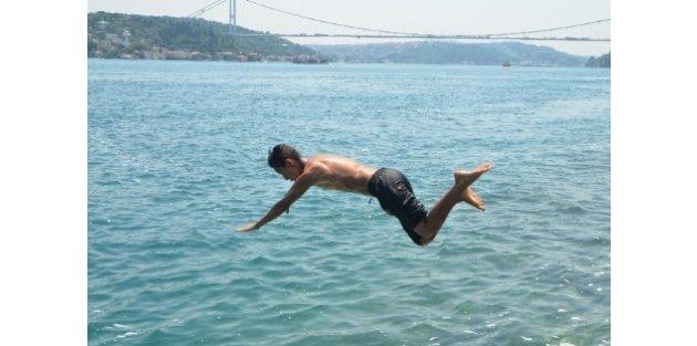 Termometreler 39'u Gösterdi, İstanbullular Denize Koştu