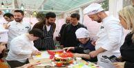 Arda Turan ve Emre Belözoğlu, Eyüp Sultan'da down sendromlu çocuklarla pasta yaptı