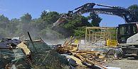 Arnavutköy'de göl kenarındaki kaçak yapılar yıkılıyor