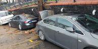 Eyüp'te parkın duvarı çöktü, 5 araç zarar gördü