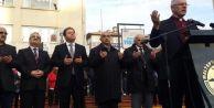 Maltepe Meydanı'na Papaz eşliğinde Noel ağacı dikildi