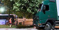 Sultangazi'de faciaya ramak kala: Çocuklar salıncaktayken kamyon parka daldı