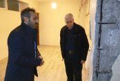 Sultangazi'de kolonları çatlayan binada tedirgin yaşam