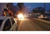 Arnavutköy'de servis minibüsü alev alev yandı.