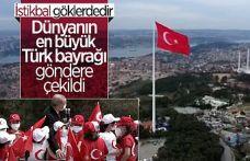 Cumhurbaşkanı Erdoğan, dünyanın en büyük Türk bayrağını çocuklarla göndere çekti