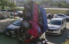 Bayrampaşa'da, freni boşalan kamyonet park halindeki 2 aracın üstüne devrildi
