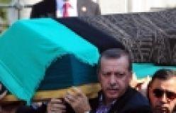Erdoğan Annesi için camide Kur'an okudu Başbakan Recep Tayyip Erdoğan Annesi için camide Kur'an okudu Tenzile Erdoğan Başbakan Erdoğan annesinin mevlidinde kuran okudu