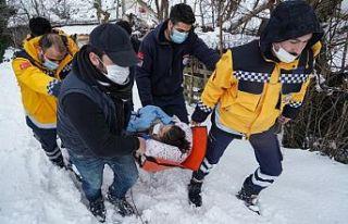 Sultangazi'de ambulans karlı yolda kaldı; Sağlıkçılar...