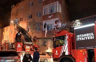 Gaziosmanpaşa'da bina yangını: 12 kişiyi...