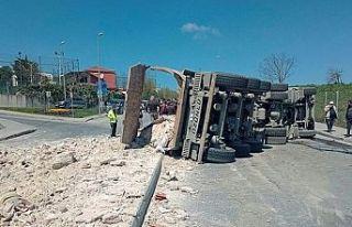 Sultangazi'de hafriyat kamyonu devrildi