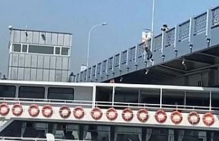 Galata Köprüsü'nden gemiye atlayan fenomen...