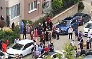 Arnavutköy'de site içinde davullu zurnalı düğüne...