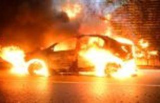 Bayrampaşa'da Otomobil Alev Alev Yandı