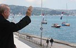 Boğaz'da fetih coşkusu... Tekneler bayraklarla geçiş...
