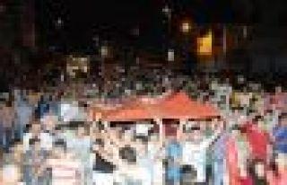EYÜP'te toplanan yaklaşık 400 kişi, Türk bayrakları...