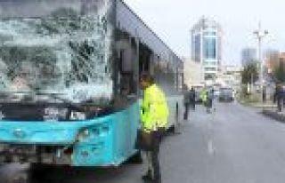 Gaziosmanpaşa'da halk otobüsüyle otomobil çarpıştı