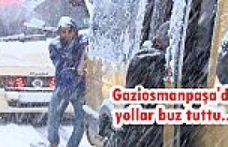 Gaziosmanpaşa'da karda ilerleyemeyen minibüsü...