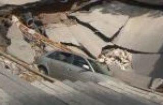 İstanbul'da yol çöktü: 1 araç içine düştü