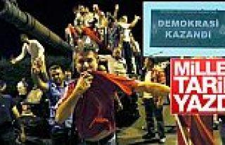 İstanbul'daki panolarda demokrasi kazandı yazısı